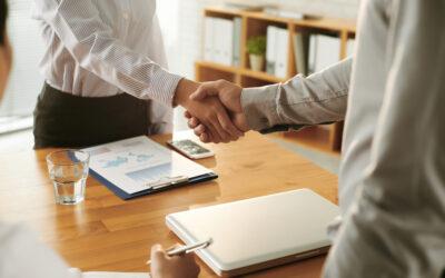 ¿Cómo se clasifica en un procedimiento concursal el crédito de un fiador que tiene a su favor una garantía real?